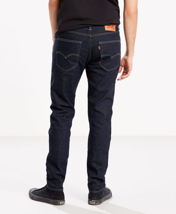 Modell i Levis 512 Slim taper fit rock cod back
