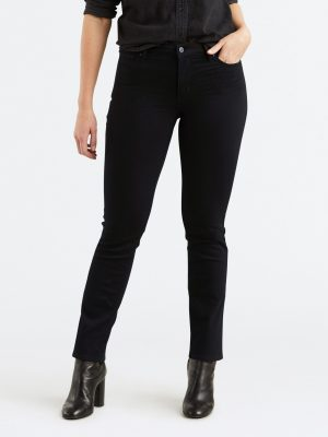 Modell i Levis 712 Slim jeans Black sheep front