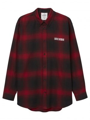 Modell i en Cheap Monday Clean Conduct shirt brilliant red