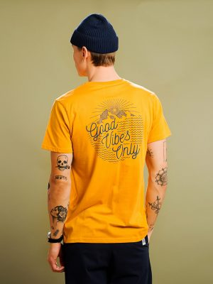 Modell i en Dedicated t-shirt Outdoor Vibes Mustard