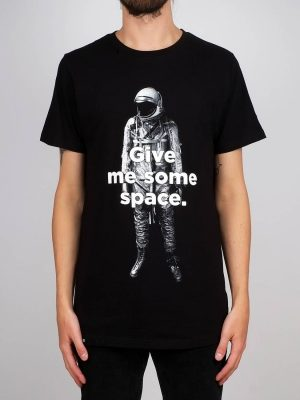 Modell i en T-shirt Dedicated 14910 Give Me Some Space
