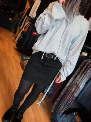 Modell i en DrDenim Aisie sweater