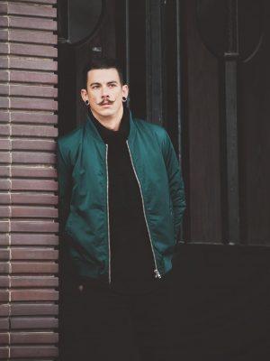 Modell i en DrDenim Mason Bomber jacket wild green