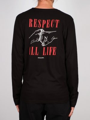 Modell i en Dedicated Longsleeve Respect Life