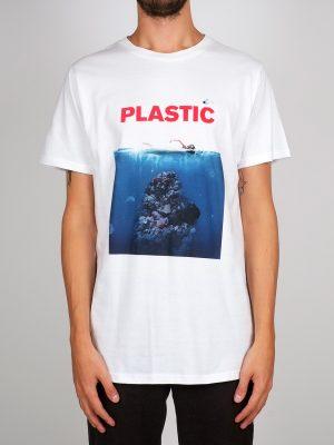 Modell i en T-shirt Dedicated Plastic framifrån