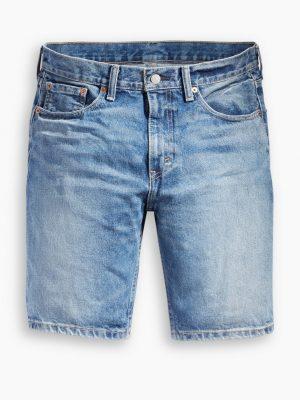 Modell i ett par Levis 502 shorts