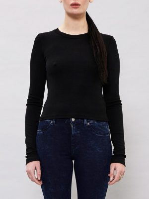 Modell i enDrDenim Milly top black framifrån