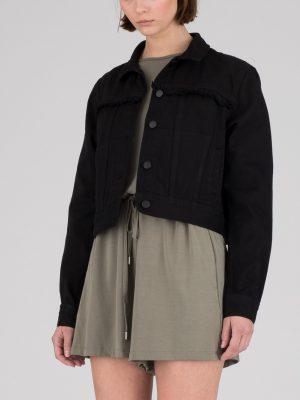 Modell i en DrDenim Viveca Denim jacket black framifrån