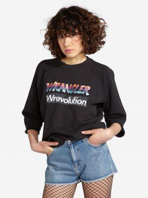 Modell i en W6069IGV6 Wrangler Raglan Sweater framifrån