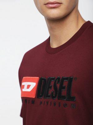 Närbild modell i en Diesel T-JUST-DIVISION bordeaux