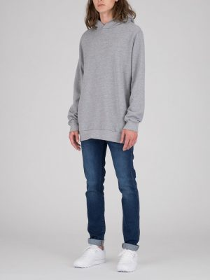 Modell i en DrDenim Ace hoodie grey outfit