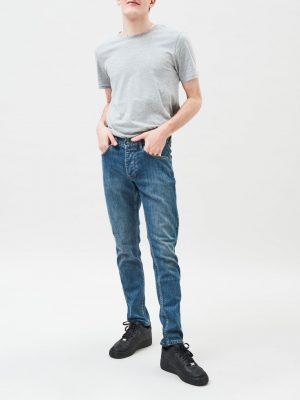 Modell i ett par DrDenim Clark 90´s mid blue front