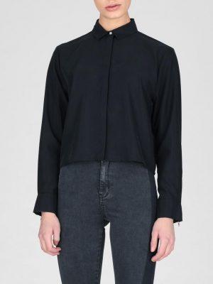Modell i en DrDenim Sigi shirt black framifrån