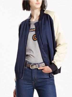Modell i en Levis 34699-0000 Mira Bomber jacket