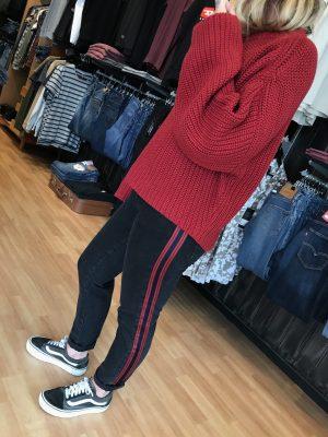 Modell i ett par Minimum Emma nw jeans