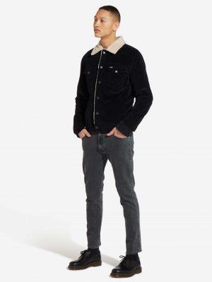 Modell i en W423UB114 Wrangler Sherpa jacket outfit