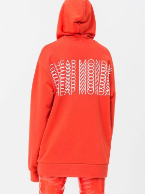 Modell i en Cheap Monday Cheat Hood Repeat logo coral bakifrån