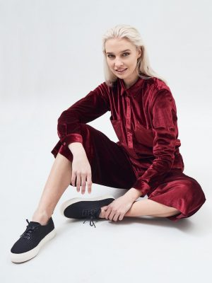 Modell i en DrDenim Sacha shirt Blood red velvet