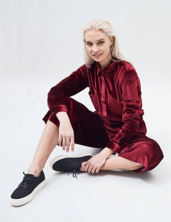 Modell i en DrDenim Sacha shirt Blood red velvet