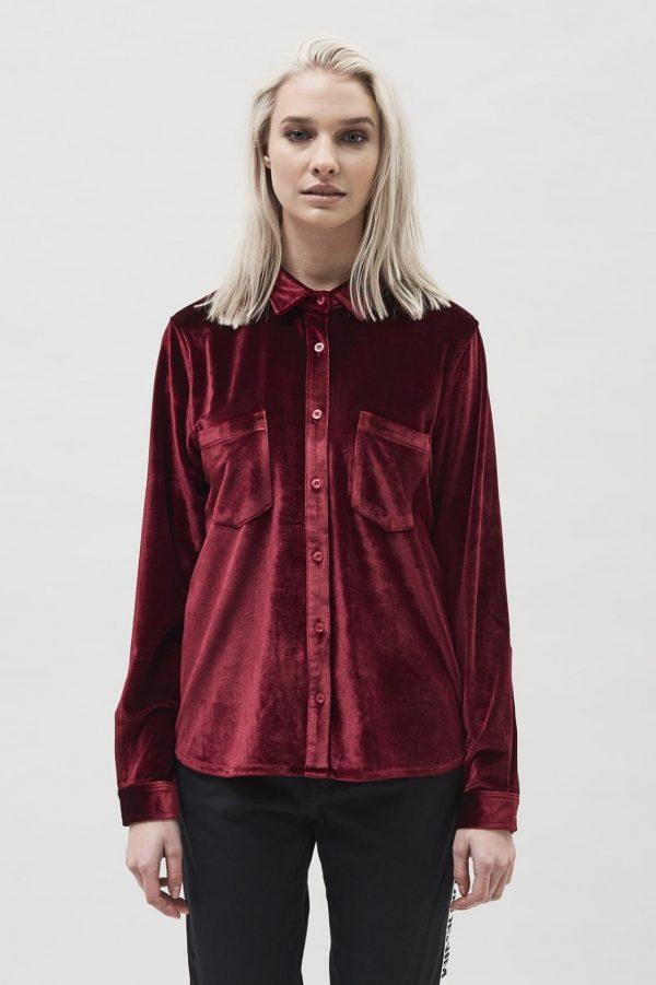Modell i en DrDenim Sacha shirt Blood red velvet framifrån