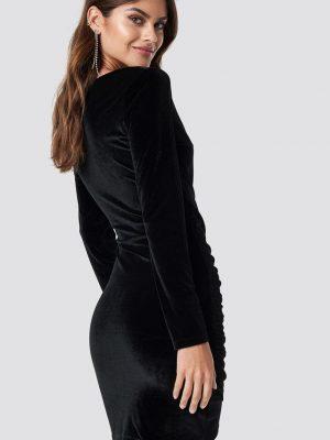 Modell i en rutandcircle wrinkle velvet dress black bakifrån