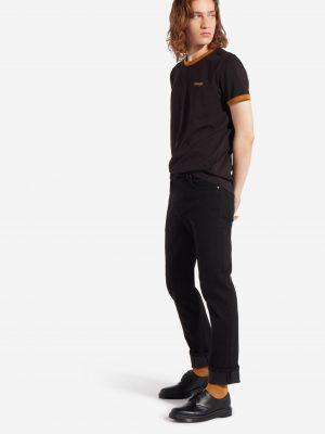 Modell i en Wrangler shortsleeve ringer tee outfit
