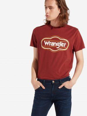 Modell i en Wrangler SS seasonal logo madder brown framifrån