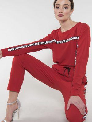 Modell i en Rut and Circle Love sweatshirt