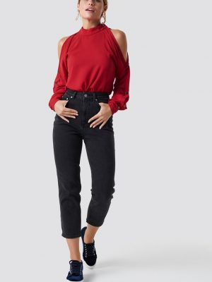 Modell i en Rutandcircle Button sleeve blouse red framifrån