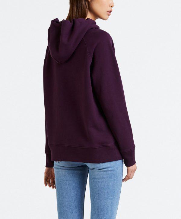 Modell i en Levis Sportswear Hoodie potent purple bakifrån