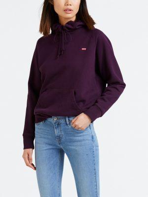 Modell i en Levis Sportswear Hoodie potent purple framifrån