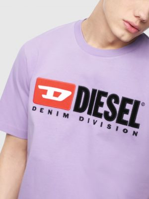 Modell i en Diesel T-JUST-DIVISION lilac framifrån