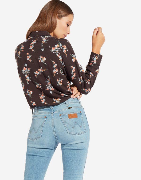 Modell i en Wrangler Western Shirt faded black bakifrån