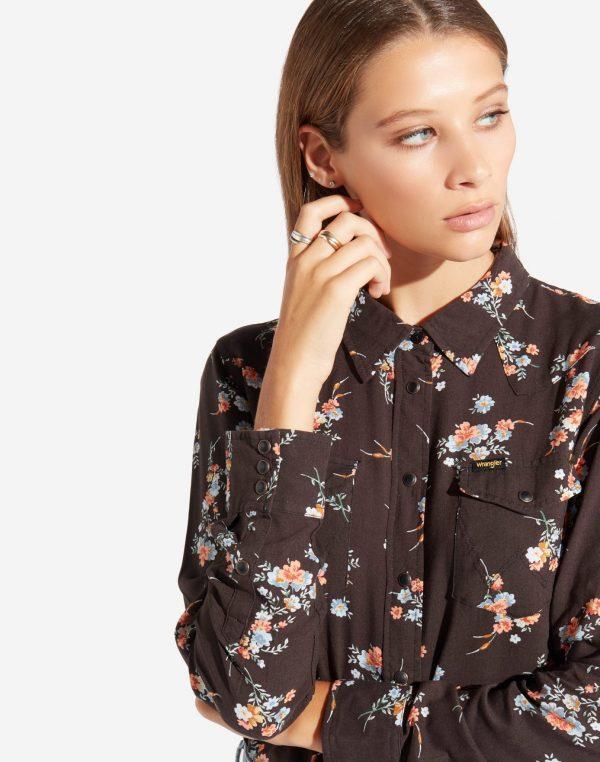 Modell i en Wrangler Western Shirt faded black framifrån