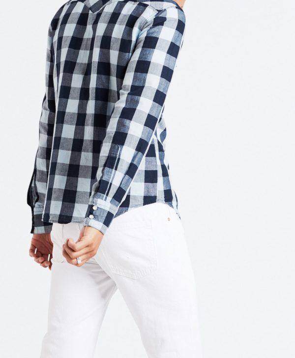 Modell i en Levis Barstow Western shirt Stowe Dress Blues bakifrån