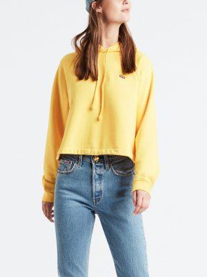 Modell i en Levis cinched hoodie solar power framifrån