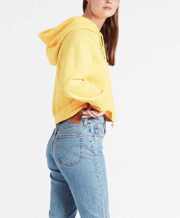 Modell i en Levis hoodie cinched hoodie solar power från sidan