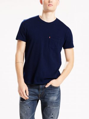 Modell i en Levis Sunset Pocket tee saturated indigo framifrån