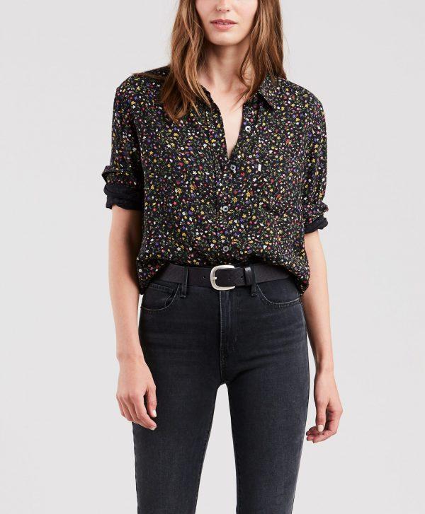 Modell i en Levis Ultimate Boyfriend Shirt Secret Garden Caviar framifrån