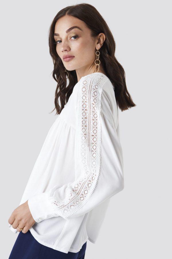 Modell i en Rut&Circle lace sleeve blouse