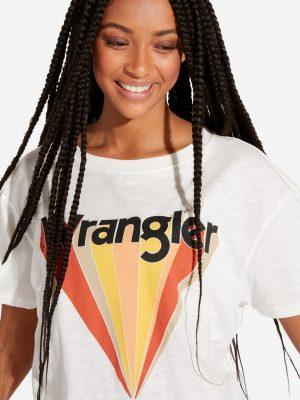 Modell i en Wrangler Boyfriend Tee Offwhite