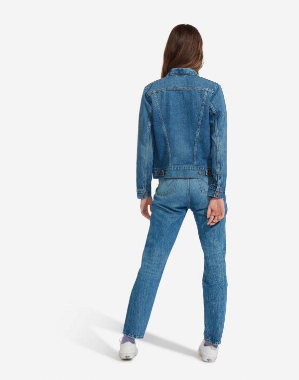Modell i en Wrangler Icons Womens Western Jacket bakifrån