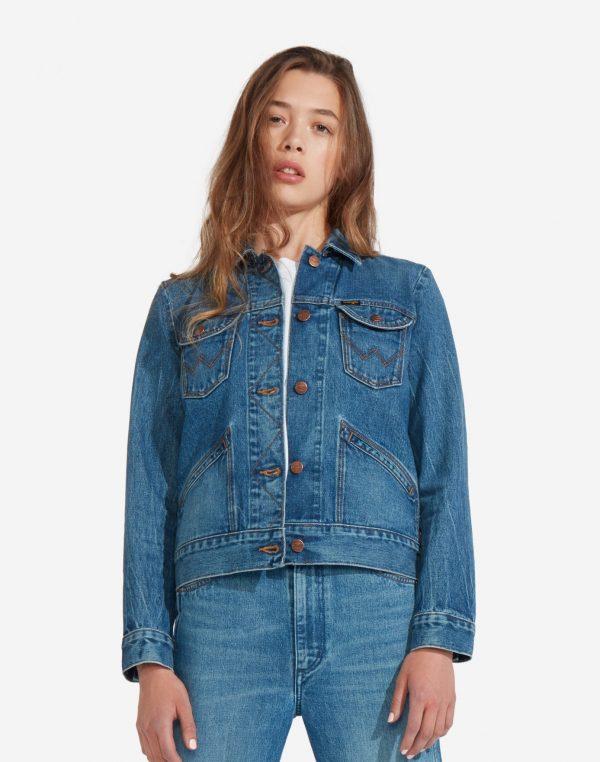 Modell i en Wrangler Icons Womens Western Jacket framifrån