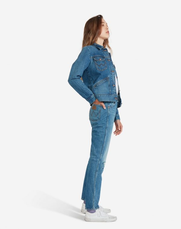 Modell i en Wrangler Icons Womens Western Jacket från sidan