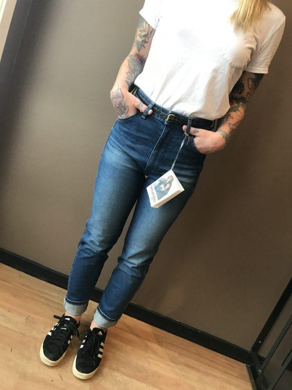 Modell i ett par Wrangler Icons Womens Western Zipper framifrån