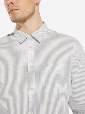 Modell i en Wrangler Longsleeve 1-Pocket shirt framifrån
