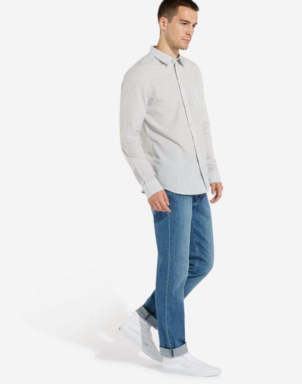 Modell i en Wrangler Longsleeve 1-Pocket shirt
