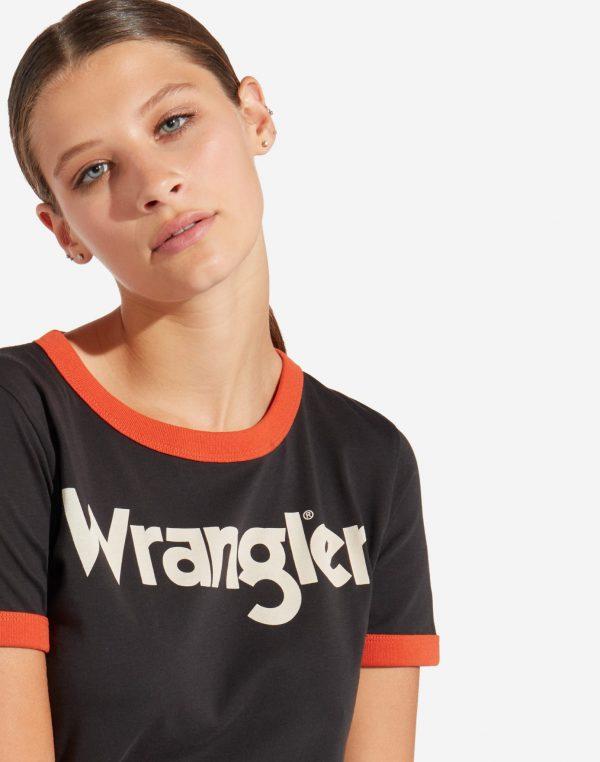 Modell i en Wrangler ringer tee Faded black front