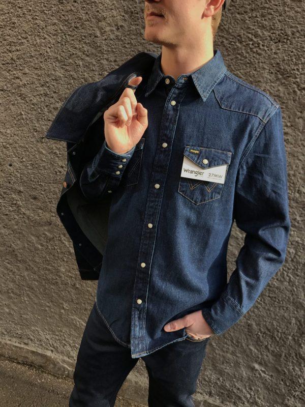 Modell i en Wrangler Western Shirt 27MW