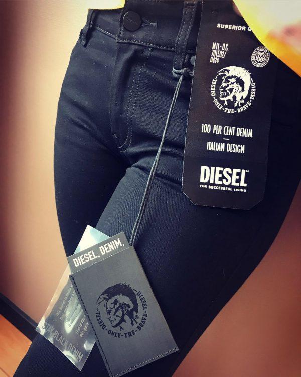 Modell i ett par Diesel Slandy Stay Black